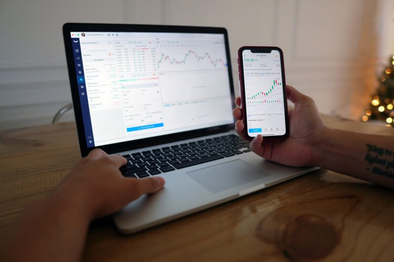 Have you ever dreamed of trading domestic and foreign stocks on the exchange for a living? Here's a brief guide that makes becoming a stock day trader simple.
